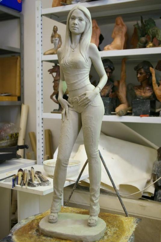 Statua-in-bronzo-donna-ragazza-domenicana-Carmen_2